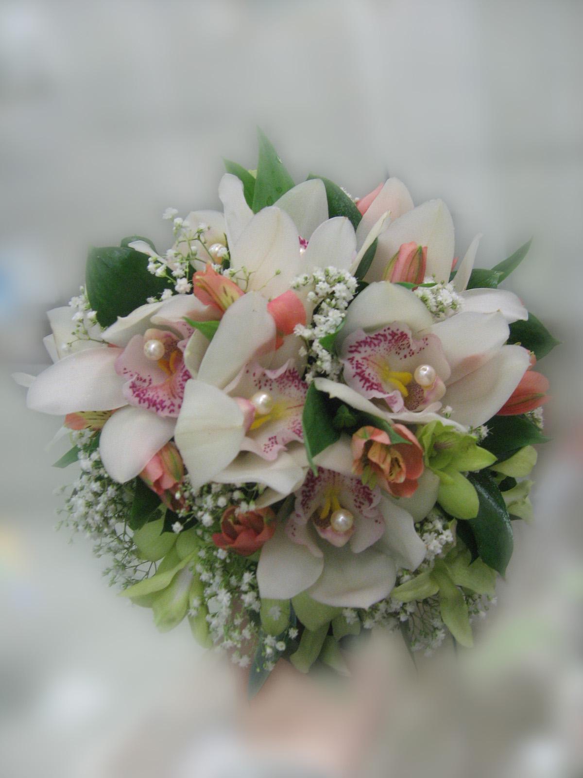 Букет в подарок на свадьбу из орхидей